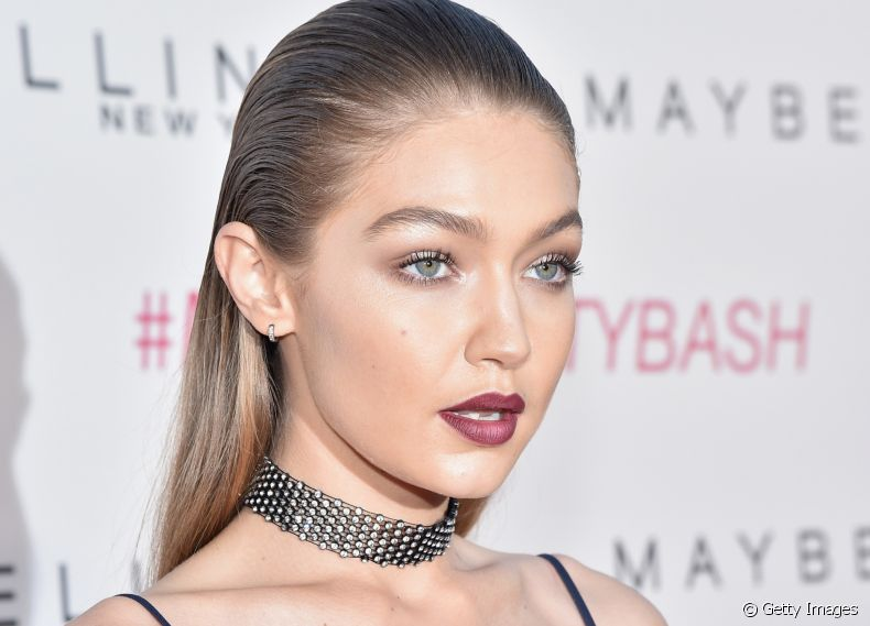 145817-a-top-gigi-hadid-investe-no-sleek-hair-article_media_item-3