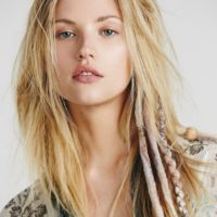 Peinados con rastas naturales y rastas postizas